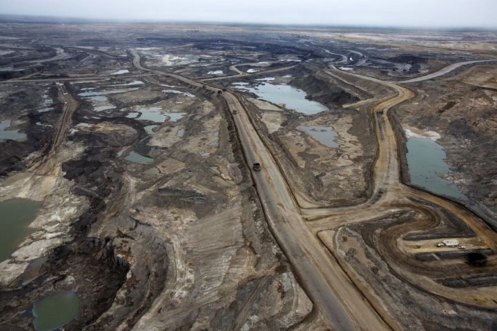 ATKINSON SERIES 2015 HOLD FOR ATKINSON SERIES (AUG./SEPT. 2015 IN INSIGHT): Mining operations at the Suncor oil sands mine near Fort McMurray, Alberta, September, 2014. Photograph by Todd Korol____at mining operations at the Canadian Oil Sands near Fort McMurray, Alberta. Photograph by Todd Korol/Toronto Star Uploaded by: collins, anthony